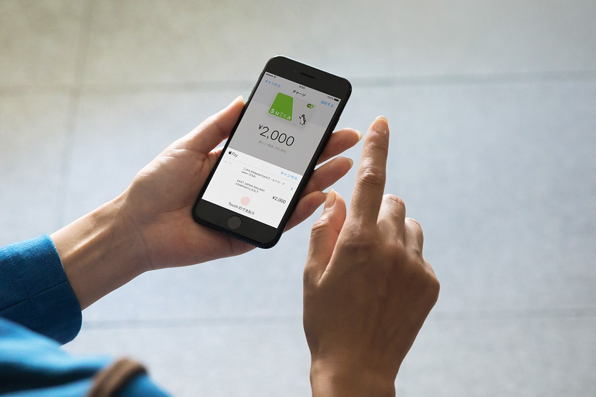 iPhone7-JetBlack-Suica-Charge-Scene_PR-PRINT