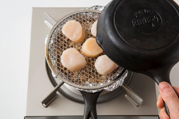 呑兵衛必見! スキレットがあれば自宅で簡単に燻製が作れる!