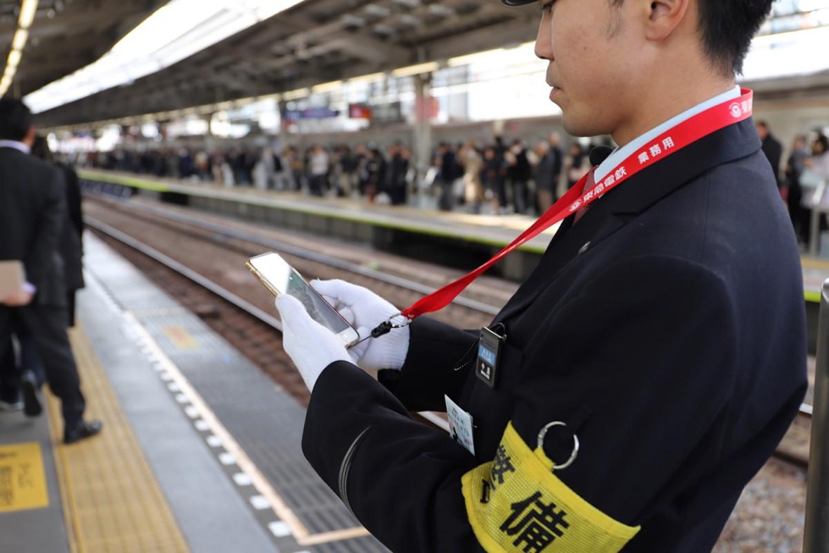 東急の駅員さんが、ホームでiPhoneを触っているワケ