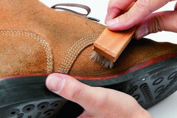 「汚れ」と「味」は別物! スウェード靴の正しいお手入れ方法で汚れ取り。