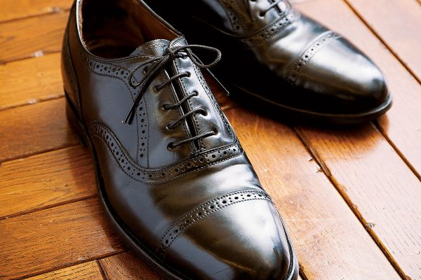 正しい革靴の紐の通し方・結び方。