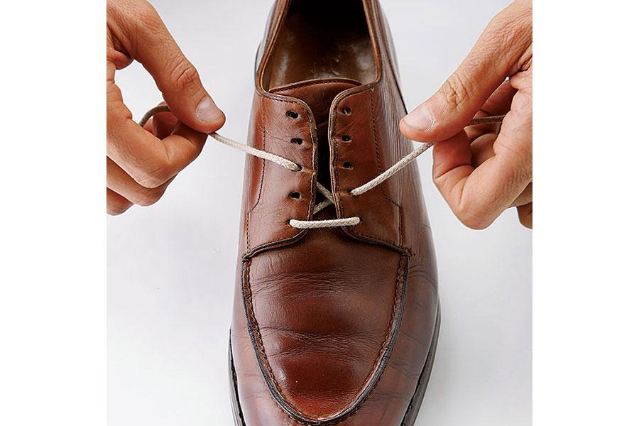 シューレースを通しやすいように羽根の間にすき間を作っておくことがコツ。