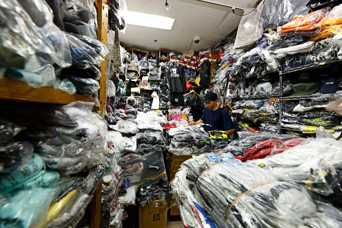 常時在庫は1万枚! 上野アメ横のスケートTee専門店に潜入。