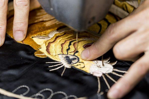 「スカジャン」とは? 知っておきたい、由来、刺繍の意味から素材の種類まで。