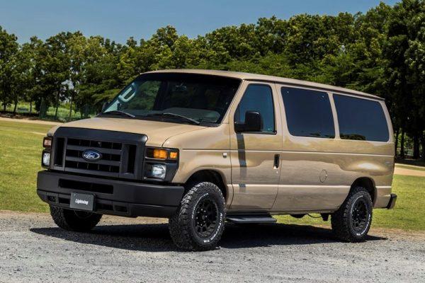 フォードのフルサイズバン「E-150」をカーゴフェイス×ブロックタイヤで迫力を格上げ!