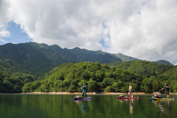 福島、新潟県境「銀山湖」を行く。湖上からしか行けない幻の渓谷へ