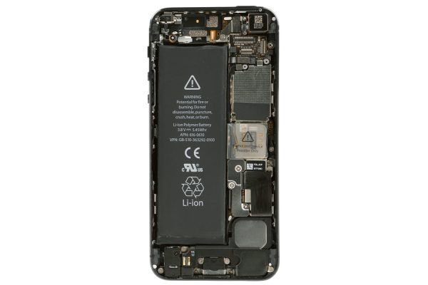 アルミの塊から削り出した革命的ボディ「iPhone 5」|iPhone超分解図鑑