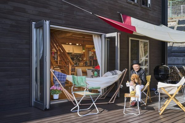 家にいながらキャンプ気分が味わえる! 夢のログハウス生活。|神奈川県秦野・山本邸|BESS