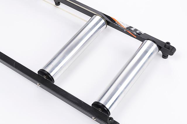アルミローラードラム表面にはタイヤのスリップを抑える細かな縦溝加工を施している