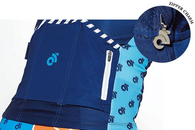 チャンピオンシステムの特徴である深いポケット。左右が斜めにカットされて出し入れがしやすくなった。また、右側には防水リアジッパーポケットとダブルストライプリフレクターも備えている