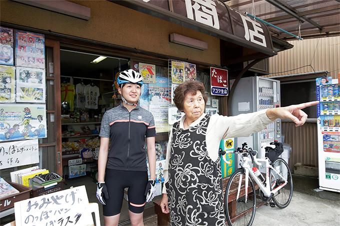 「いけすや」付近の辻宗商店のおばあちゃんが地元のことを教えてくれる