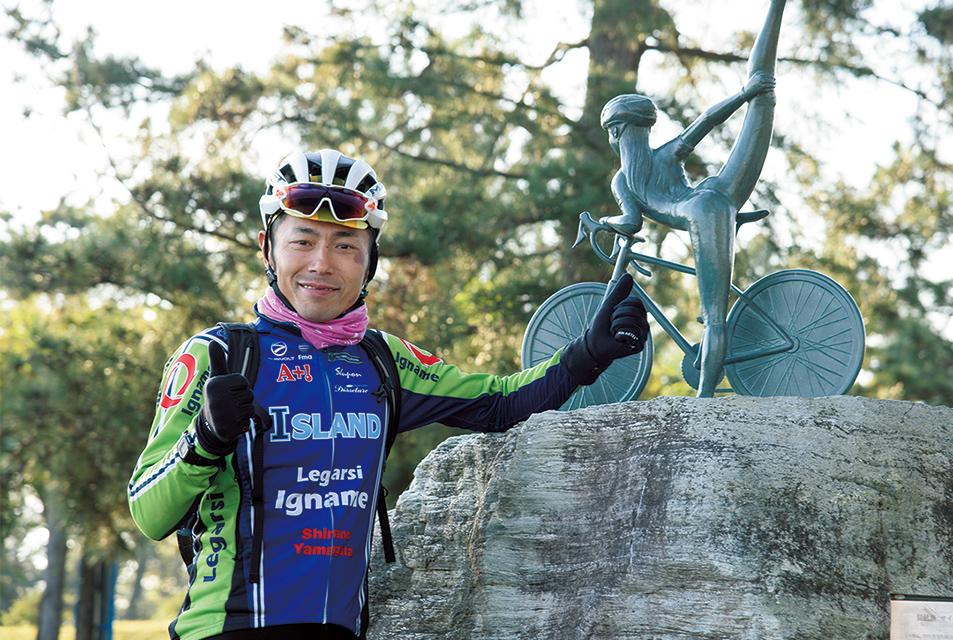 3回めのゲストは筧五郎さん。「びわ湖サイクリストの碑」とポーズ