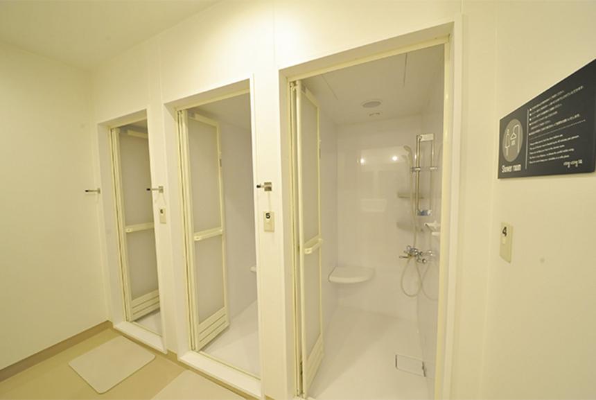 地下1階には、一般駐輪場のほか、コインロッカーやシャワー、更衣室などを備えている